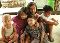 children on a table (the foreign photographer - ฝรั่งถ่) Tags: five children kids table khlong thanon portraits bangkhen bangkok thailand canon