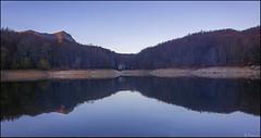 Simetría matinal. (antoniocamero21) Tags: paisaje amanecer color foto sony agua pantano árboles hayas otoño azul cielo natural parque montseny barcelona catalunya reflejos casa simetría montaña luz