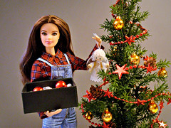 🎄 Merry Christmas to all my flickr friends! 🎄 (Deejay Bafaroy) Tags: barbie mattel doll puppe red rot blue blau yellow gelb green grün madetomove mtm diorama 16 scale playscale miniature miniatur merrychristmas christmas xmas weihnachten weihnacht 2018 twilightbella bella christmastree weihnachtsbaum christbaum angel engel white weiss