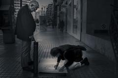 Agua de Valencia (*Nenuco) Tags: valencia spain nikon d5300 18105 nikkor colón dibujo draw man woman street blanco y negro bw black white jesúsmr