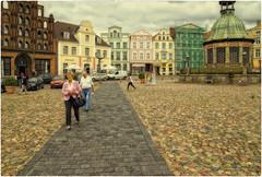 Wismar City (Heinze Detlef) Tags: wismar city stadt häuser menschen pflastersteine marktplatz