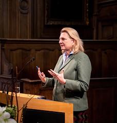 Karin Kneissl besucht Löwen um einen Vortrag an der Universität zu halten