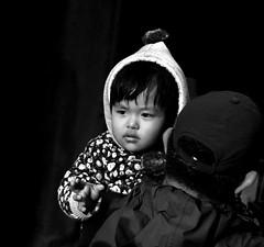 Kathmandu (wojofoto) Tags: kathmandu nepal straatfoto streetphoto streetlife people mensen candid zwartwit blackandwhite monochrome schwarzweiss wojofoto wolfgangjosten child kind