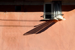 zefiro (meghimeg) Tags: 2018 genova finestra window facciata facade tenda curtain ombra shadow sole sun rosso red