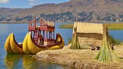 Hütte mit Touristen-Boot auf dem Titicacasee (Sanseira) Tags: südamerika peru touristen schiff boot titicacasee anlegestelle haus insel schilf