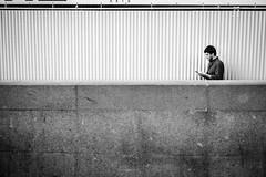 (fernando_gm) Tags: madrid street spain simplicity blackandwhite bw blancoynegro monochrome monocromo man monocromatico people person persona human hombre humano fuji fujifilm f14 35mm españa xt1 simple minimalist minimalista minimalism streetlife airelibre