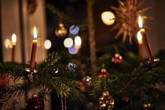 Brennende Kerzen am Christbaum (Helmut Reichelt) Tags: weihnachten kerzen licht christbaum oberbayern bavaria deutschland germany nikon d3 captureone8 colorefexpro4 dfine2 afsnikkor50mmf14gf14