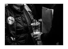 Le plastique, les pailles et les écologistes... / Plastics, straws and ecologists (vedebe) Tags: ecologie verre plastique pailles main mains manifestation rue street ville city noiretblanc netb nb bw monochrome urbain urban société