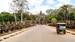 Angkor's south gate (Lцdо\/іс) Tags: archaeological angkor gate cambodge cambodia travel trip siemreap discover historic history khmer asia asian asie asiatique lцdоіс tuktuk street road