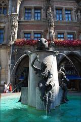 Fuente en la Marienplatz (Múnich, Baviera, Alemania, 19-7-2016) (Juanje Orío) Tags: 2016 múnich baviera alemania germany deutschland fuente fountain agua water escultura sculpture plaza