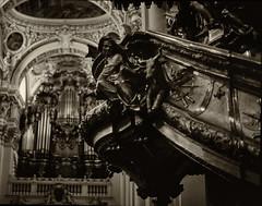 Passau / Niederbayern. Kanzel im Dom St. Stephan. (wwwuppertal) Tags: ostbayern freistaatbayern donau süddeutschland niederbayern dom kathedrale cathedral barock baroque bischofskirche ststephan kanzel pulpit sw schwarzweis bw blackandwhite noiretblanc blancetnoir film dia slide schwarzweiskonvertierung contaxrts carlzeissplanar50mmf14