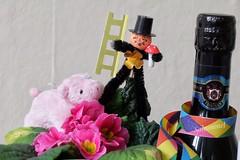 Prost Neujahr (Sockenhummel) Tags: schornsteinfeger sekt schwein glücksschwein piggy neujahr sylvester glücksbringer primel blume