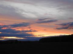 ...fast Zeit um wieder rein zu gehen.... (elisabeth.mcghee) Tags: abendrot abendhimmel abendsonne sunset sonnenuntergang himmel sky wolken clouds unterbibrach bäume trees wald forest oberpfalz upper palatinate