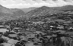 Huancaraylla, Pérou, 1970 (Elf-8) Tags: peru andes ayacucho huancapi huancaraylla fiesta limpiezadelaacequia men boys tradition history old