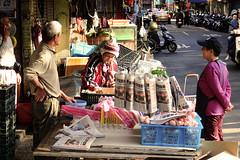 Le matin dans les rues de Taïpei (2) (8pl) Tags: rue commerce extérieur choix habitants personnes gens passants table stand scooters commerçant taïpei taïwan matin activité caisses plastique journaux casquette bonnet pompon vie concentration observation