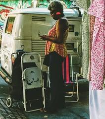 conectada (lucia yunes) Tags: gente mulher beleza rua cenaderua fotografiaderua fotoderua mobilephotographie mobilephoto streetvendor streetphoto streetphotographie streetmarket lucia motozplay
