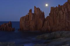 arbatax moon (Paolo Dell'Angelo (JourneyToItaly)) Tags: arbatax sardegna italia bluehour sardinia italy sea moon redrocks