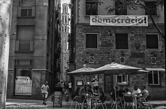 2713a  Una calle del barrio viejo de Barceloma (Ricard Gabarrús) Tags: blancoynegro calle callejeando plaza monumento iglesia robado gente bar ricardgabarrus olympus ricgaba