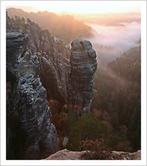 Der Dämon der Grube (Norbert Kaiser) Tags: sachsen saxony sächsischeschweiz saxonswitzerland elbsandsteingebirge elbesandstonemountains sandstein sandstone fels felsen kletterfelsen höllenhund raaberkessel morgen morgenlicht sunrise sonnenaufgang natur nature landschaft landscape aussicht herbst autumn