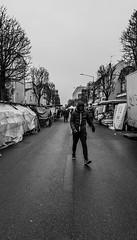 2019-01-19 - Samedi - 19/365 - Au marche des mendiants - (Dick Annegarn) (Robert - Photo du jour) Tags: 2019 janvier france homme noiretblanc nb marche aumarchedesmendiants dickannegarn marché stand fontenaysousbois rue