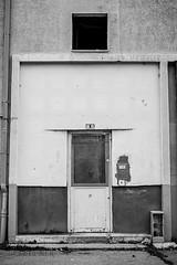 Alès Pres st jean-8611 (YadelAir) Tags: alès immeuble destruction pelleteuse débris démolition rue noiretblanc habitat hlm