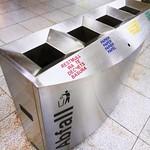 Abfalleimer auf einem Bahnhof