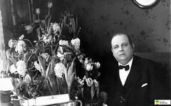 tm_6266 (Tidaholms Museum) Tags: svartvit positiv porträtt människa uppvaktning högtider blomvas interiör celebration