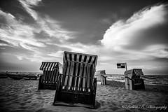 Ein Tag am Strand (Robert.B. Photography) Tags: strandkorb strand sw einfarbig himmel wolken meer wasser ostsee beachchair beach monochrome sky clouds sea water balticsea