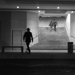 L'HOMME AU CHAPEAU (zventure,) Tags: noiretblanc nice noir nb nuit monochrome blackandwhite alpesmaritimes escalier exposition rue gris flou square carré soirée ombre ombrechinoise