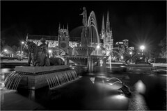 A Night in Sydney . (:: Blende 22 ::) Tags: blackwhite schwarzweis canoneos5dmarkiv australia sydney newsouthwales nightshot longexposure water fountain reflections cathedral ef2470f28liiusm