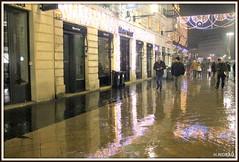 BORDEAUX sous la pluie ! (Les photos de LN) Tags: bordeaux portdelalune gironde nouvelleaquitaine lumière illuminationsdenoël pluie effetmiroir ruestecatherine vitrines personnes promeneurs