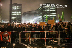 """Rechter Aufmarsch von """"Wir für Deutschland (WfD)"""" und antifaschistische Gegenproteste – 09.11.2018 – Berlin - IMG_9113 (PM Cheung) Tags: wirfürdeutschlandwfd trauermarschfürdieopfervonpolitik antifa gegenprotest berlinmitte demonstration verbot andreasgeisel novemberpogrome 09112018 regierungsviertel tiergarten hauptbahnhofberlin neonazis afd rechtspopulisten berlingegennazis 80jahrestagreichspogromnacht wfdaufmarsch auchnach80jahren–keinvergessenkeinvergeben reclaimclubculture faschismuswegbeamen polizei pmcheung demo protest kundgebung 2018 protestfotografie pomengcheung mengcheungpodemo antifaschisten b0911 wwwpmcheungcom rechtsruck berlinerbündnisgegenrecht lichtangegennazis facebookcompmcheungphotography"""