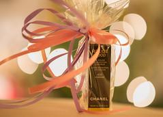 Neujährchen (videamus) Tags: geschenk präsent kosmetik für die dame c coco chanel rouge bokeh schleife geschenkverpackung lip 402