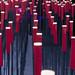 Viele Stehlampen aus roten eckigen Zylindern auf Metallstäben künstlerisch fotografiert