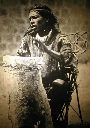 #tambor #huichol 👹 #wixàrika #Huehuetl  #1890s  #aztecs  #bibliotecacentral #UNAM  🎥#elettritv💻📲 #musica #sottosuolo 🐆 #music #drum #nativiamericani 🔆 #underground #tamburo #webtv #musica