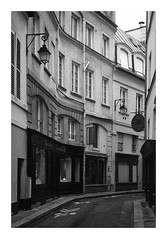 Architecture (madras91) Tags: nb noiretblanc blackandwhite bw monochrome film ilford hp5 iiif leicaiiif leica leicascrewmount summitar summitar5cmf2 50mm architecture paris