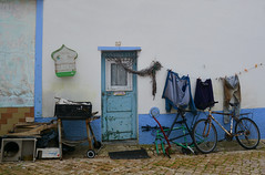 Rue de Vila do Bispo Portugal _9810 (ichauvel) Tags: viladobispo rue street vélo bicycle maison house exterieur outside algarve portugal europe cageàoiseaux porte door ruepavée novembre november automne autumn scénedevie sceneofdailylife lessive launfry jean pantalon sweater vétéments cordeàlinge