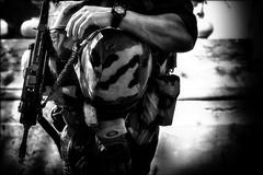 Mains sur la tête!!! / Hands behind the head!! (vedebe) Tags: rue street ville city urbain urban militaires noiretblanc netb nb bw monochrome