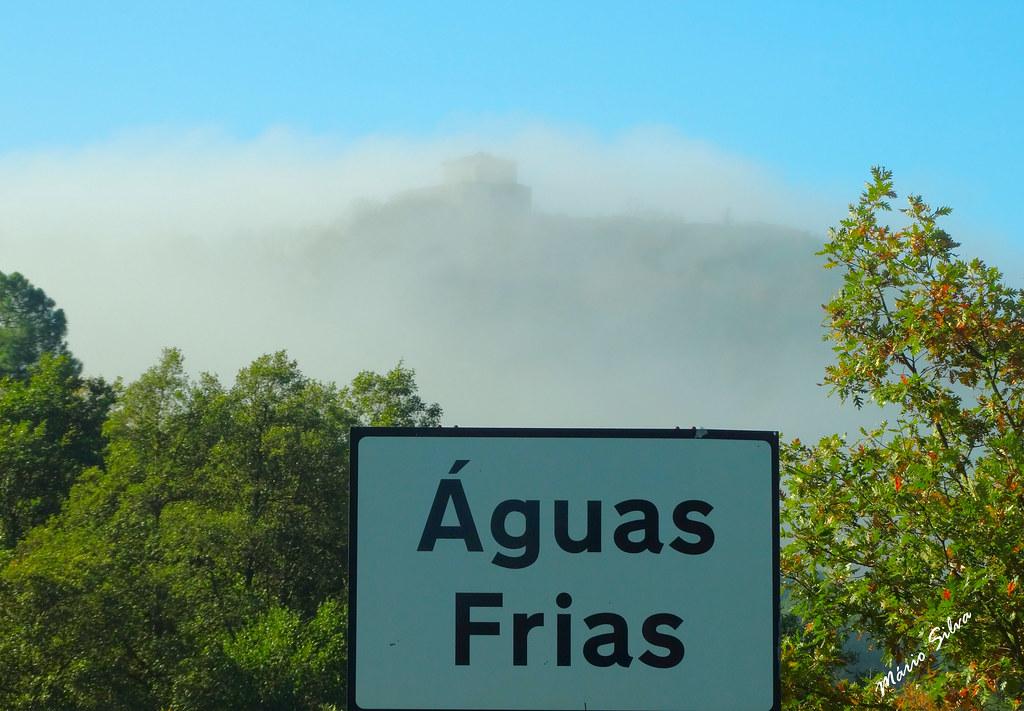 Águas Frias (Chaves) - ... a placa toponímica e o Castelo de Monforte de Rio Livre envolto pelo manto de névoa ...