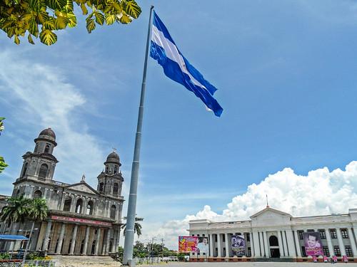 2011-08-27 (15) Alte Kathedrale und Nationalmuseum in Managua (Nicaragua) - Der Platz der Revolution (Plaza de la Revolución) mit der alten Kathedrale und dem Museum Palacio Nacional de la Cultura Nationales Kulturmuseum). 1972 wurde das Zentrum von Manag