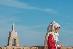 Mujer con pañuelo (sebastianburoncervantes) Tags: mujer mujerconpañuelo actuando alcazaba alcazabadealmeria almeria cerrodesancristobal cielo rojo azul mirador