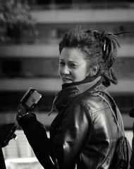 Black's Lady. La dama de negro (marisabosqued) Tags: retrato portrait mujer woman persona people bn bw monocromo monochrome calle street canonef100300mmf4556 snapseed