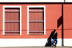 L'uomo che guardava passare i treni (meghimeg) Tags: 2018 lavagna stazione ferrovia railstation uomo man ombra shadow sole sun finestre window rosso red