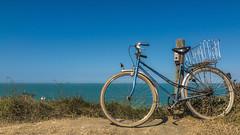 Bleu horizon (Fred&rique) Tags: lumixfz1000 photoshop raw bleu horizon océan atlantique îledaix vélo bicyclette paysage nature balade vacances été sable plage