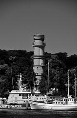 Der alte Leuchtturm / The old lighthouse (Lichtabfall) Tags: schwarzweiss monochrome blackandwhite einfarbig sw bw ostsee balticsea travemünde leuchtturm lighthouse schiffe ships trave priwall