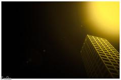 Licht und Dunkelheit / light and darkness (Reto Previtali) Tags: licht light building gebäude architektur architecture punkte points fenster windows linien lines kanten edge flickr digital nikon nikkor tamron sigma wihte weiss hell bright himmel sky gelb yellpw farben color mesh santa couple port nyc star night nacht art city house new