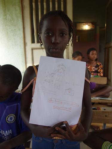 Seynabou s'est dessinée comme infirmière, pour pouvoir soigner les gens
