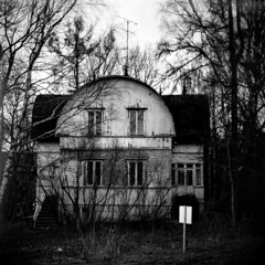 Abandoned House (Mikael Neiberg) Tags: wooden woodenhouse fomapan analogfotographing filmcamera 120film 6x6 oldhouse abandoned