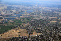 2018_07_18_den-pdx035 (Nfrastructure) Tags: 20180718 denpdx ascent aerial windowseat windowshot aviation flying brown suburb sprawl thornton thontoncolorado denver denvercolorado radio transmitter tower antennas array directional development khow know630