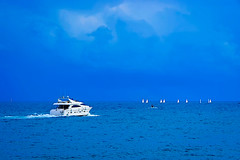 ...a por ellos (Fnikos) Tags: sea water mar mare ocean bay seascape sky skyline light cloud boat sailboat people vehicle serene sunset atardecer outdoor